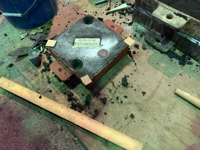 砂型から発泡スチロールで作ったブツを取り除く